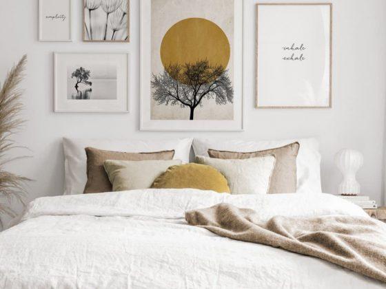mur de cadres au dessus de lit blanc