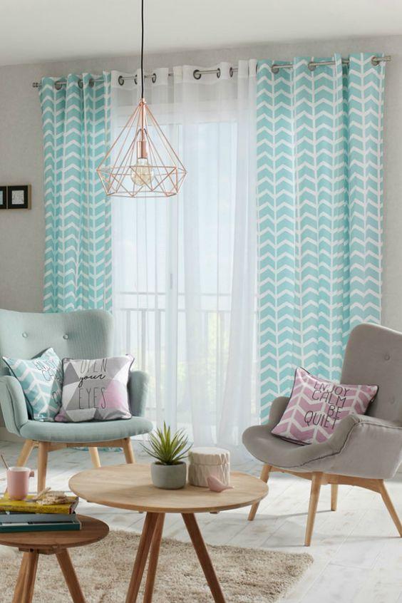 rideaux tendance verts dans salon scandinave avec fauteuils et coussins colorés