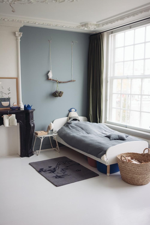 chambre-enfant-avec-mur-bleu-pastel