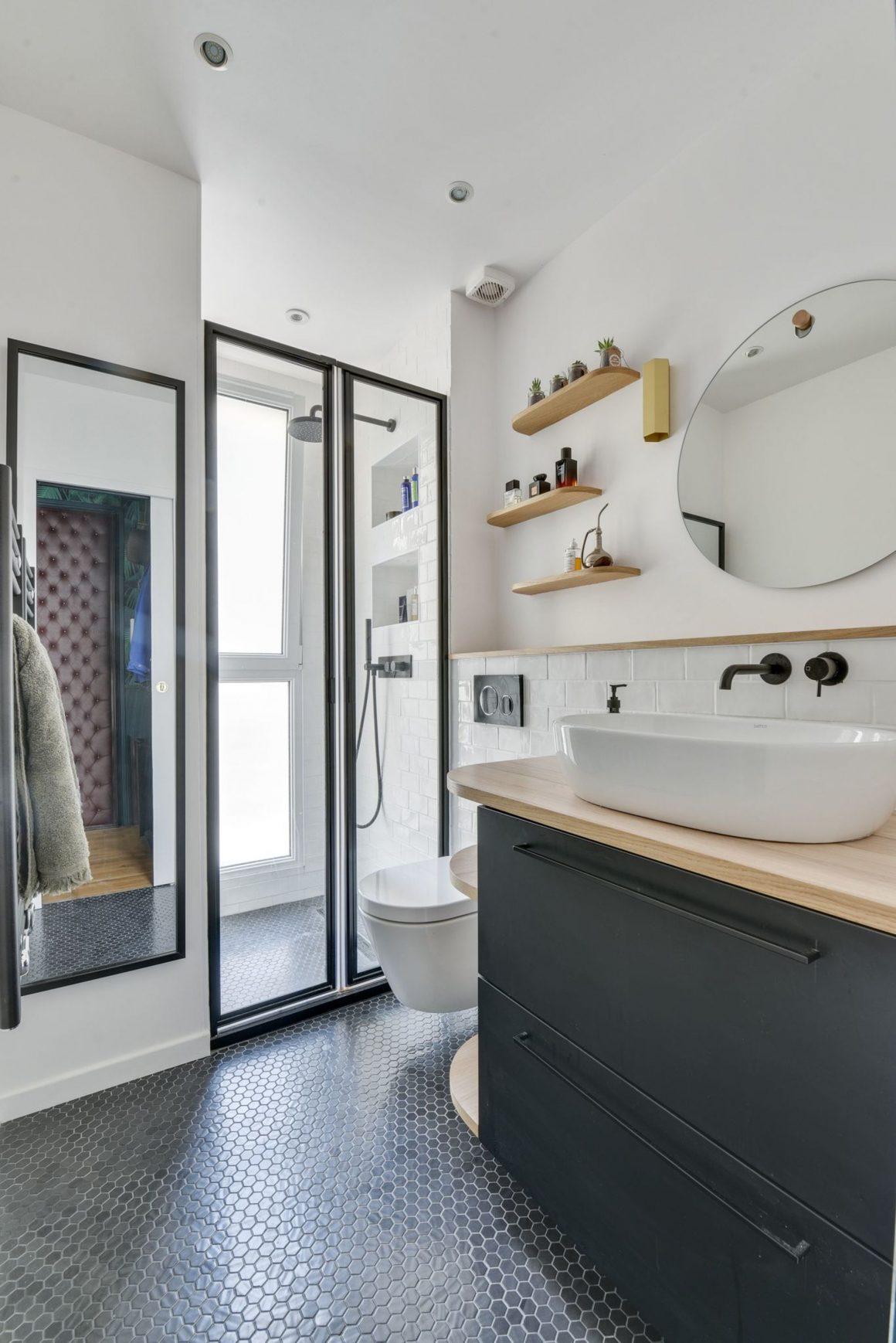 mobilier-vasque-en-bleu-et-porte-douche-transparente