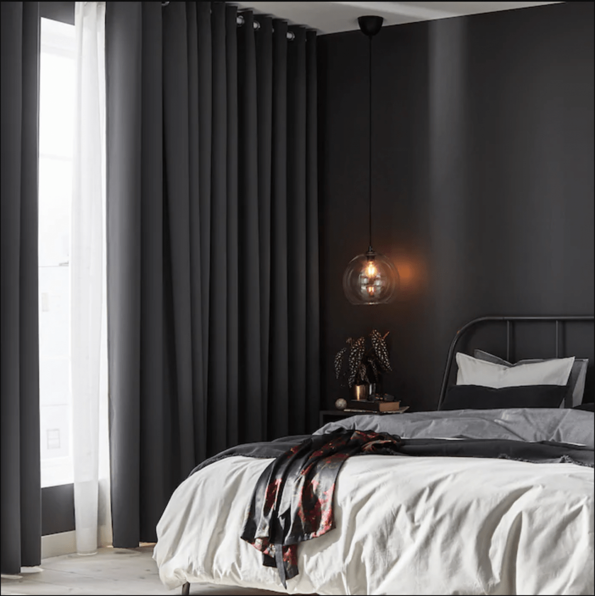 chambre sombre avec rideaux tendance noirs occultants avec lit blanc