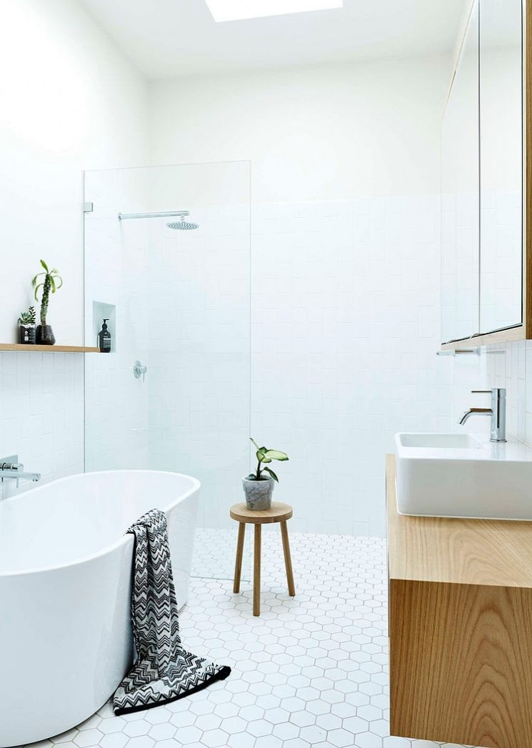 baignoire-blanche-dans-salle-de-bains-blanche