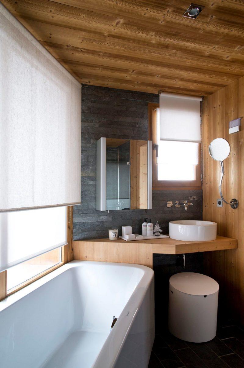 baignoire-blanche-dans-salle-de-bains-en-bois