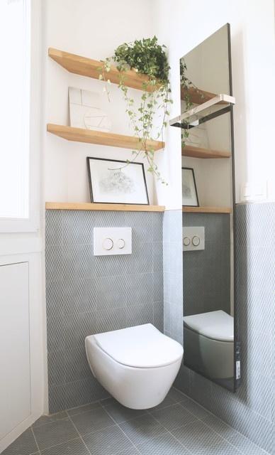 cuvette de toilettes en blanc avec étagères en bois