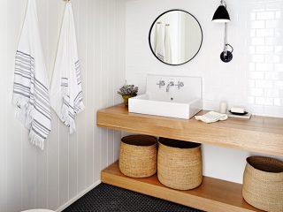 salle-de-bains-lagom-blanche-avec-meuble-en-bois