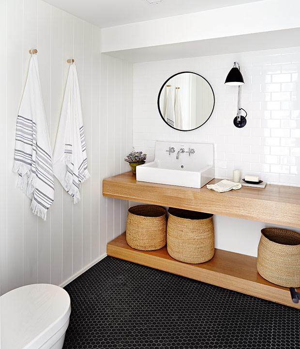salle de bains blanche déco lagom avec sol noir et meuble en bois
