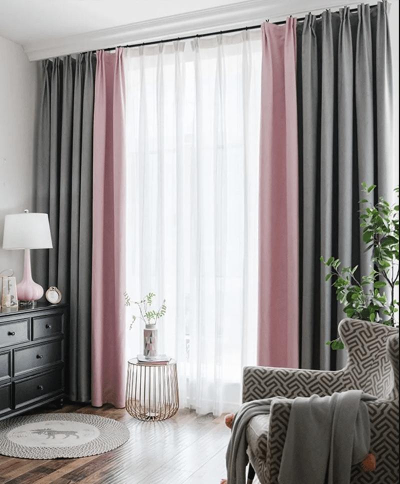 rideaux tendance gris et voilage rose dans chambre lumineuse