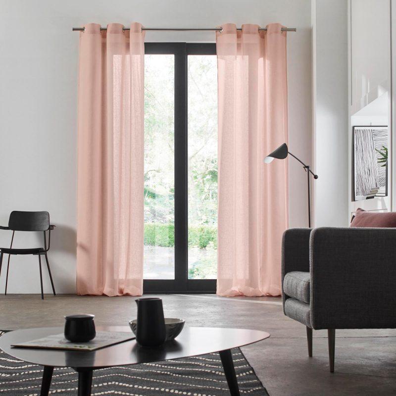 rideaux roses fins et mobilier gris dans salon scandinave