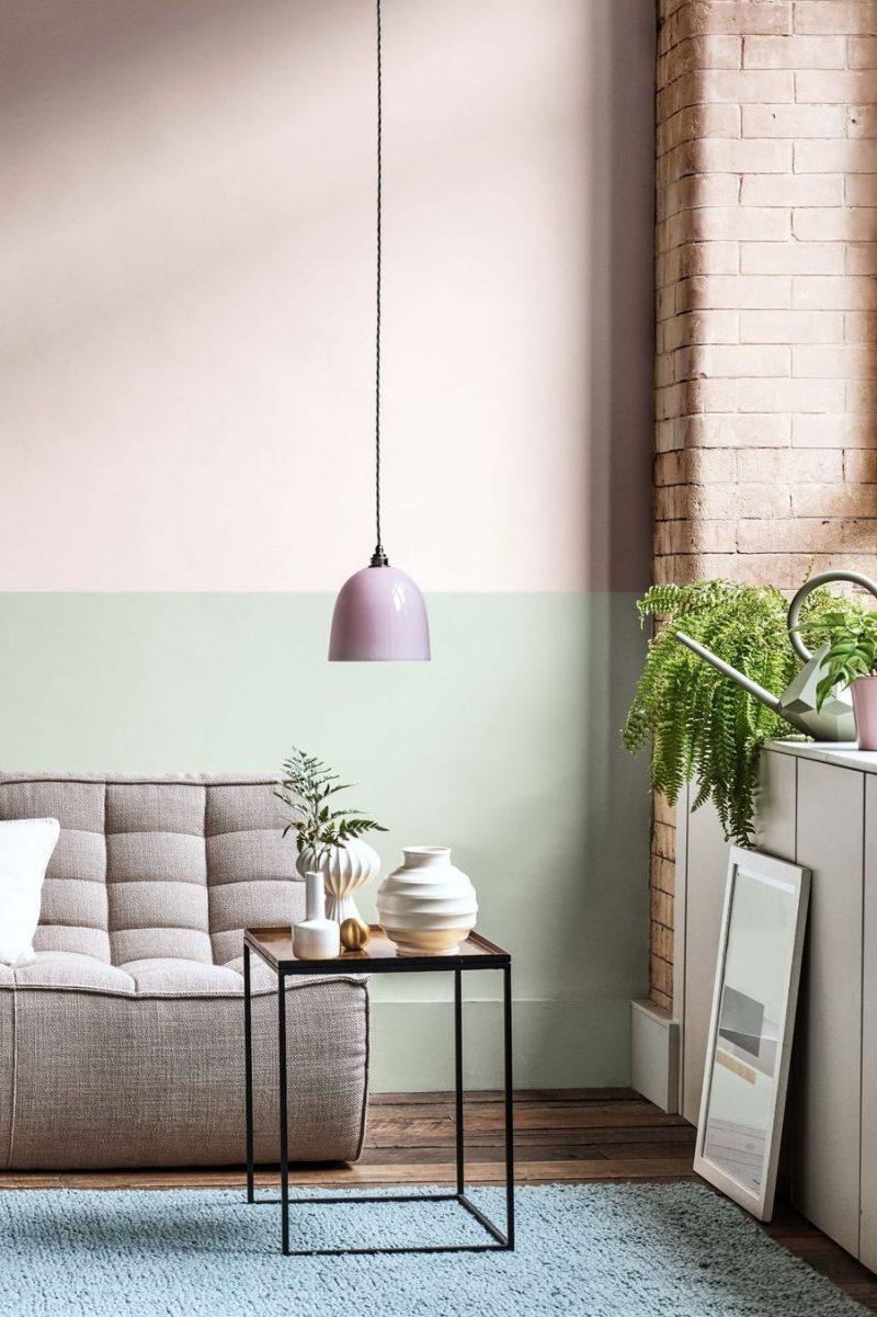 mur de couleurs pastel avec lampe suspendue