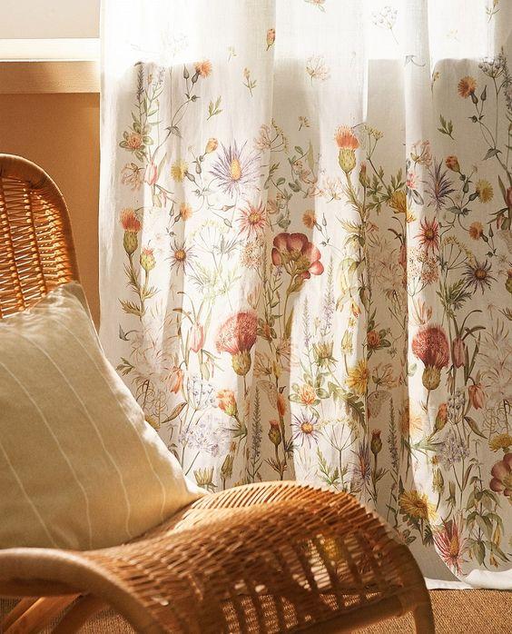 rideaux tendance fleuri et fauteuil en rotin pour ambiance bohème
