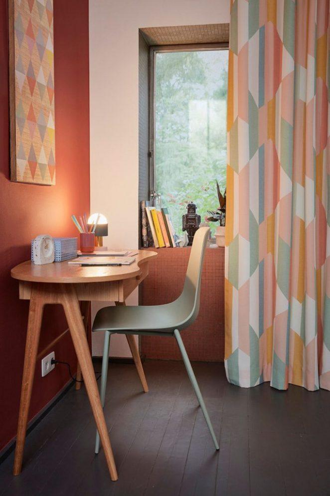petit bureau en bois dans chambre colorée avec motifs géométriques