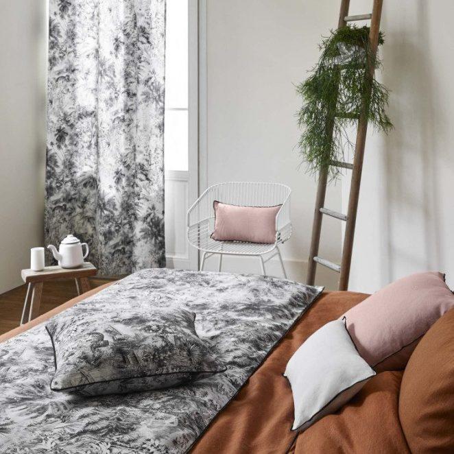 tissu motif jungle sur lit marron