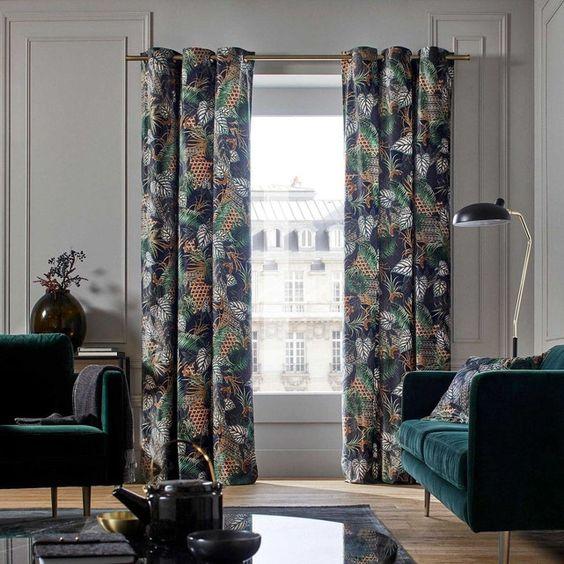 rideaux tendances motif végétal dans salon vert émeraude