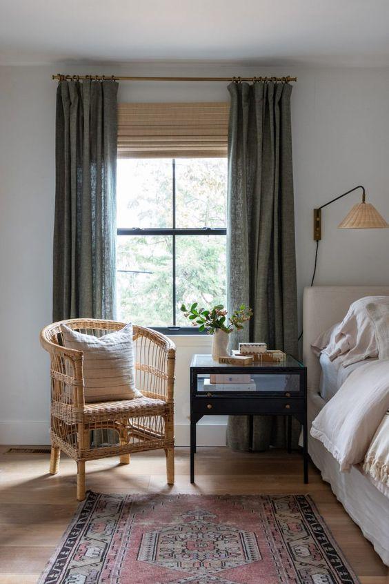 chambre avec tapis vintage et fauteuil en rottin