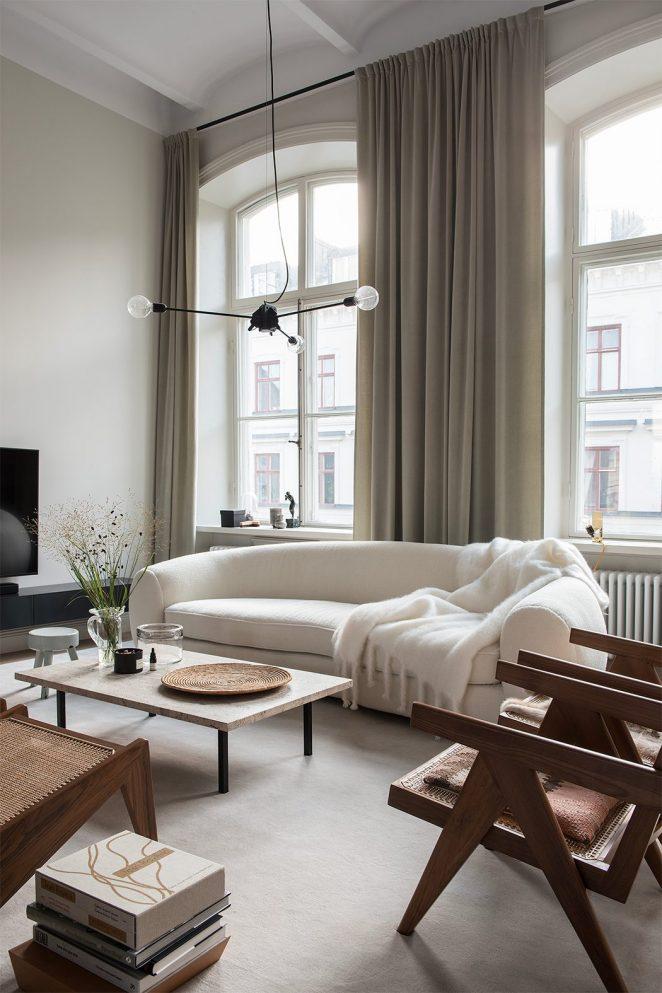 salon moderne avec canapé blanc et chaises en bois