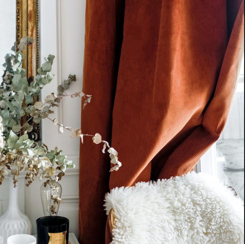 rideaux marrons et épais