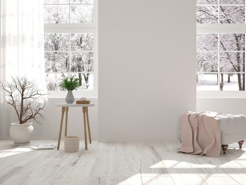 pièce claire en blanc avec peu de mobilier