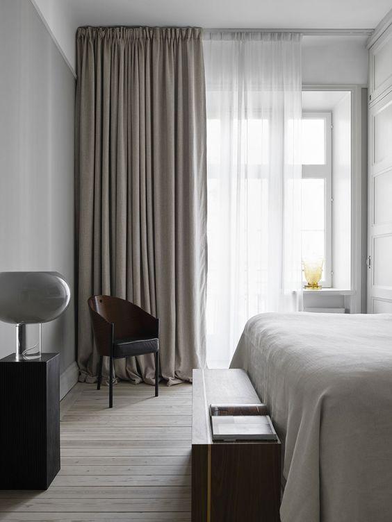 chambre adulte avec mobilier et rideaux en blanc et noir et gris