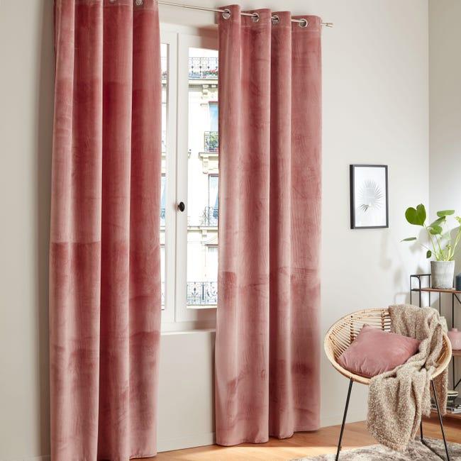 rideaux roses épais à côté fauteuil en osier