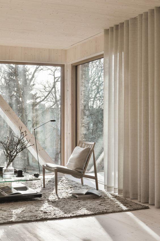 salon avec baie vitrée baigné de lumière