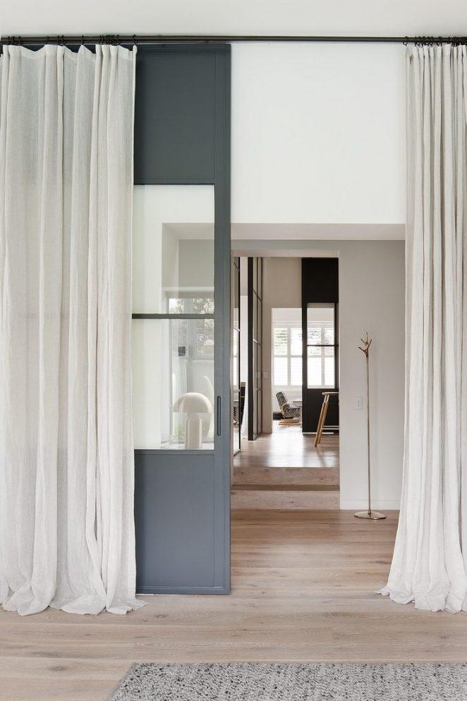 rideaux longs blancs dans pièce avec parquet en bois