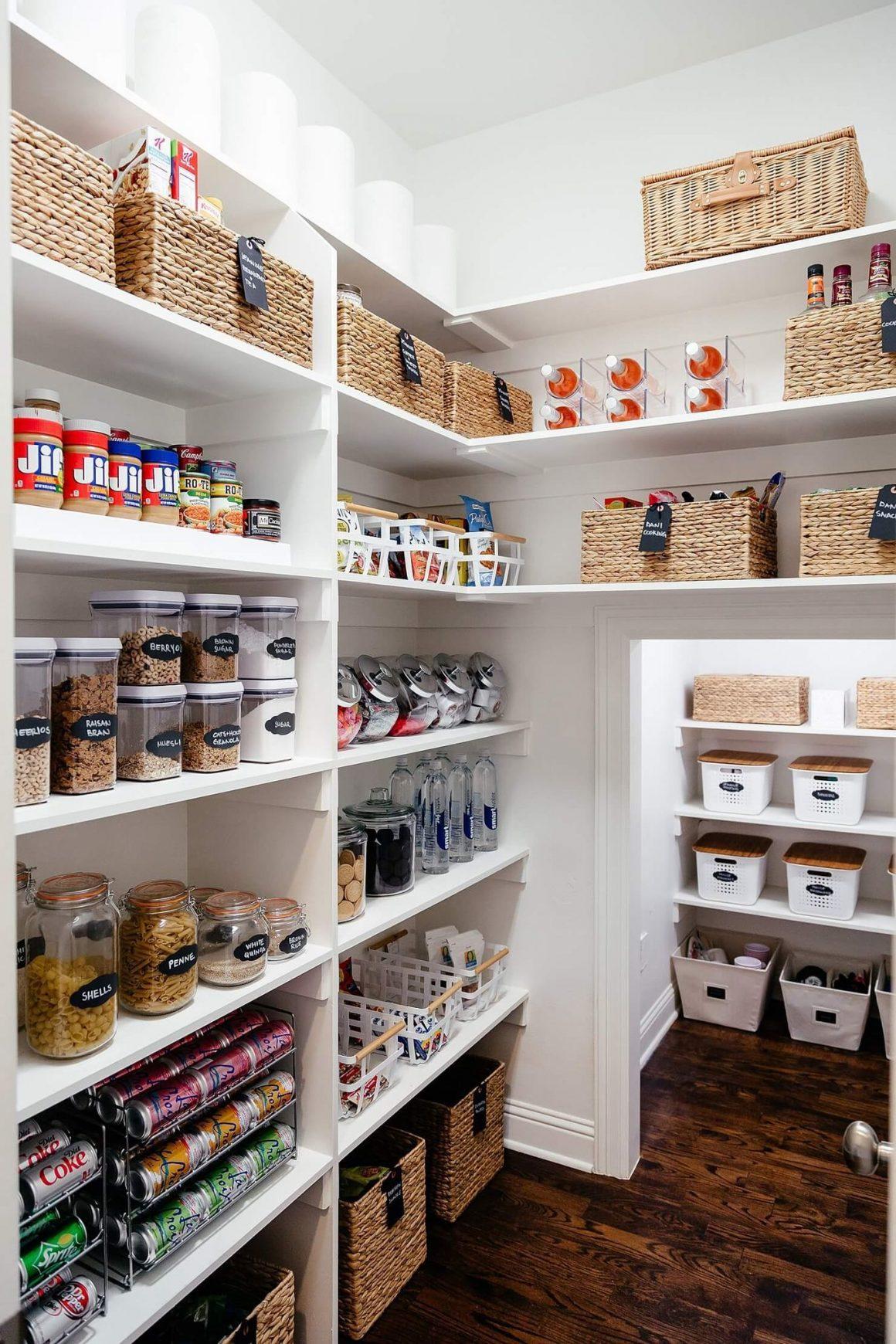 casier en osier et boites en verre étiquetées sur des étagères larges