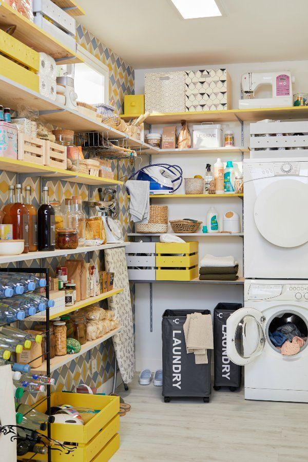 nourriture et produits ménagers rangés dans une buanderie ouverte