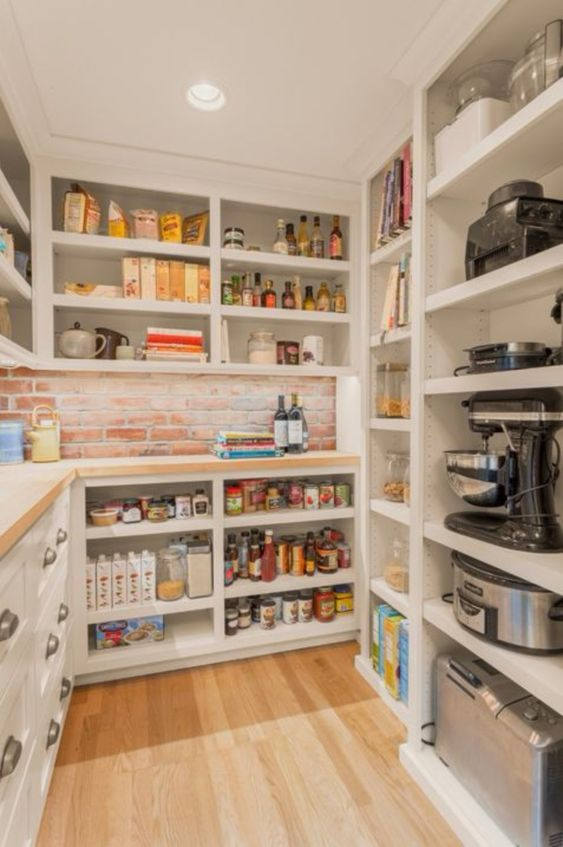 robots de cuisine et nourriture rangés dans des placards ouverts