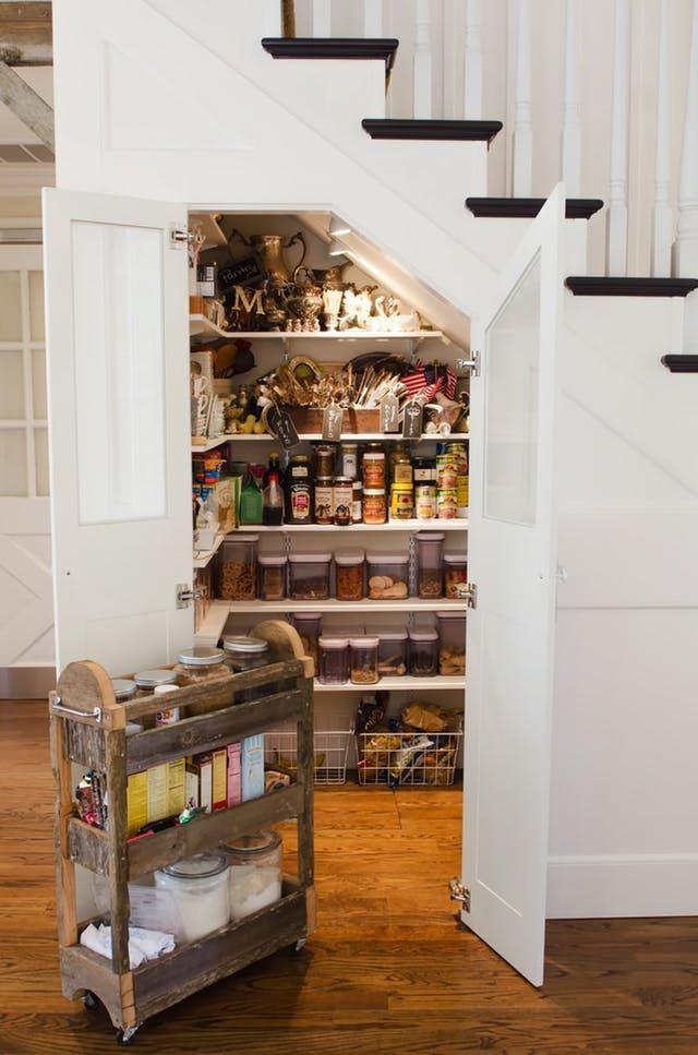 aménagement cellier sous escalier blanc