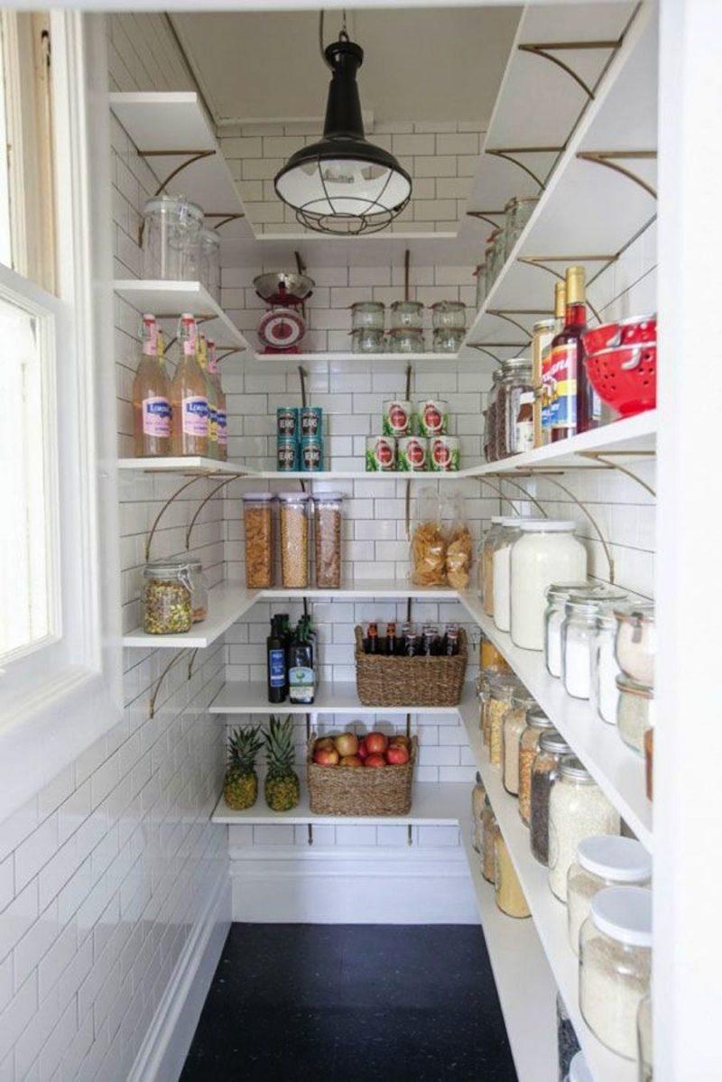 cellier étroit en faïence avec étagères en bois blanc