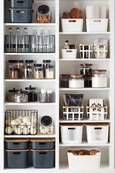 casier en plastique et bouteilles en verre sur des étagères dans un cellier