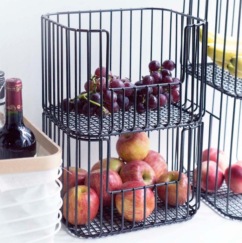 fruits dans panier métalliques empilés
