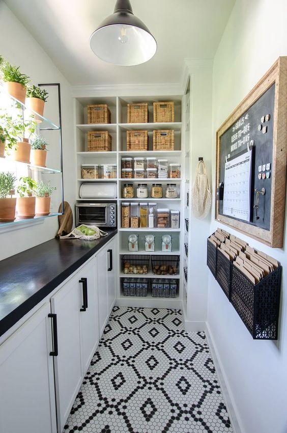 cuisine étroite avec cellier ouvert