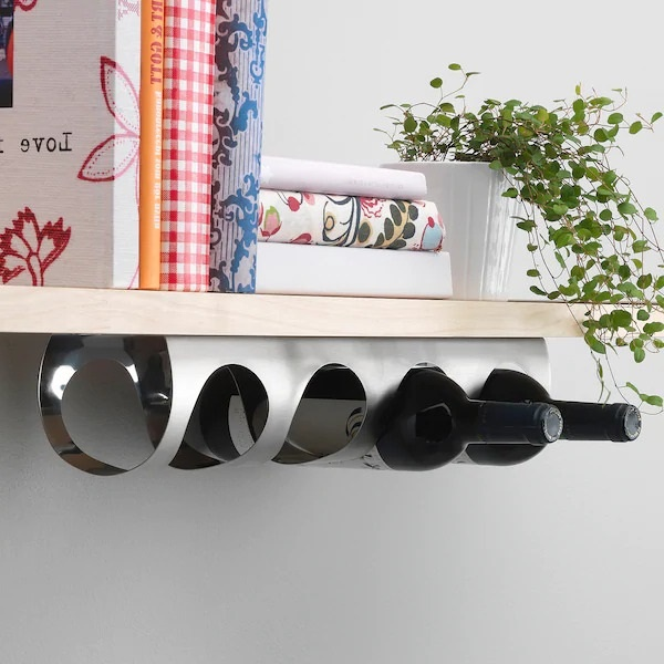 bouteilles de vin suspendues sous une planche en bois