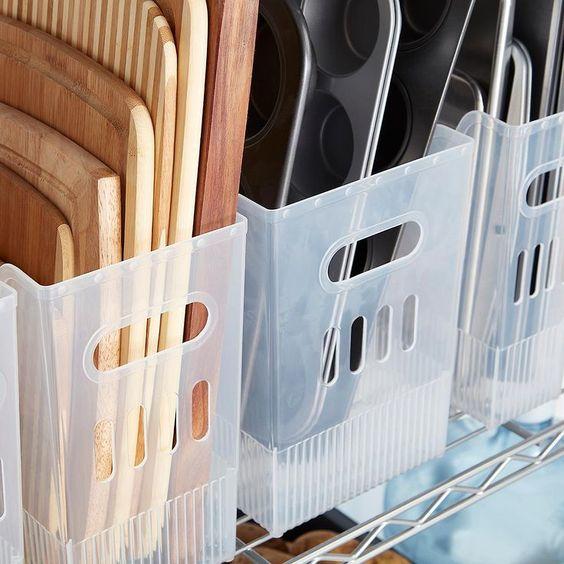 plateaux de cuisine rangés dans des casier en plastique