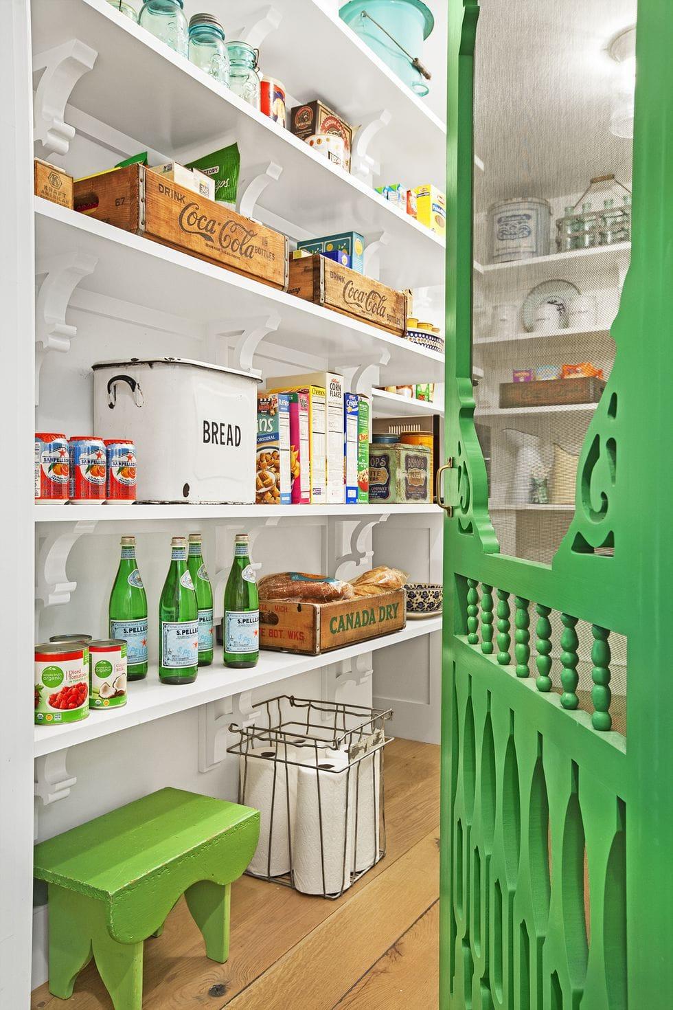 aménagement cellier rustique en bois blanc et vert