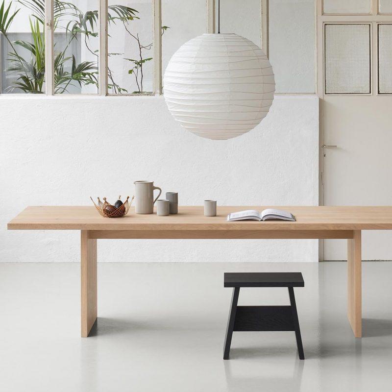 une table en bois dans pièce de déco lagom