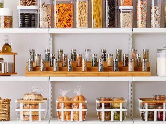 nourriture dans cellier bien organisé avec des boites de rangement et bocaux en verre