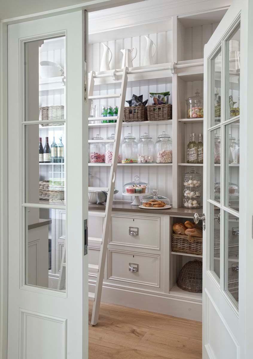 cellier spacieux en blanc avec cloches en verre