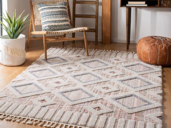 tapis bohème à motifs géométrique dans une pièce à déco orientale