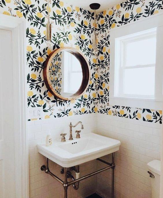 papier peint fleuri de couleur jaune et vert sombre dans une salle de bains en céramique