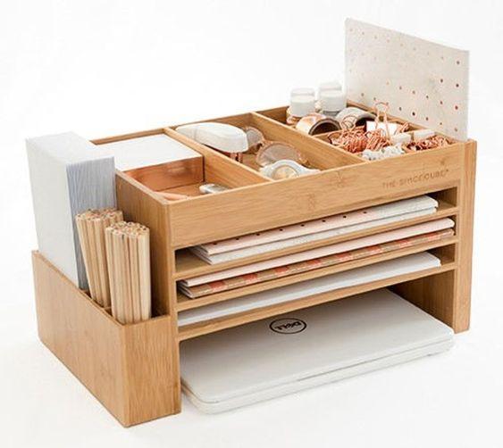 organisateur de bureau en bois pour ranger des documents et un ordinateur portable
