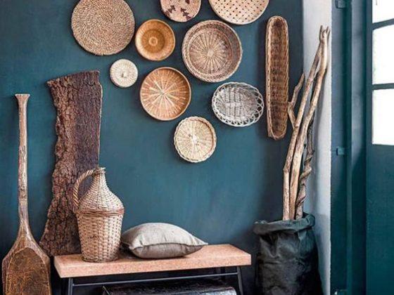 paniers en osiers et objets déco en bois pour décorer le mur bleu pétrole de ce hall d'entrée