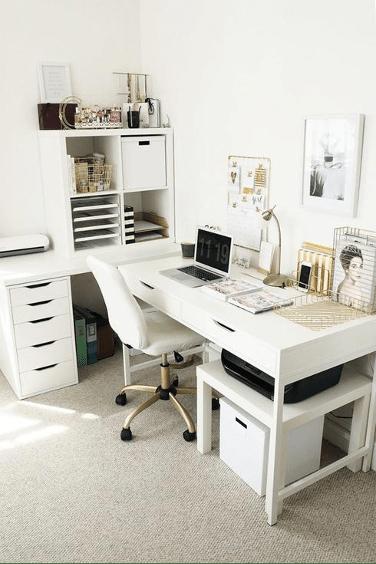 un bureau pratique et fonctionnel aménagé dans une pièce de la maison