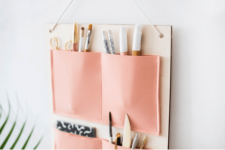 range crayons en tissu fixé sur un mur