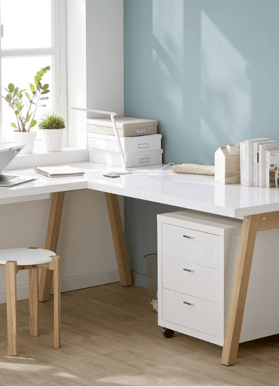 un bureau d'angle blanc de style scandinave