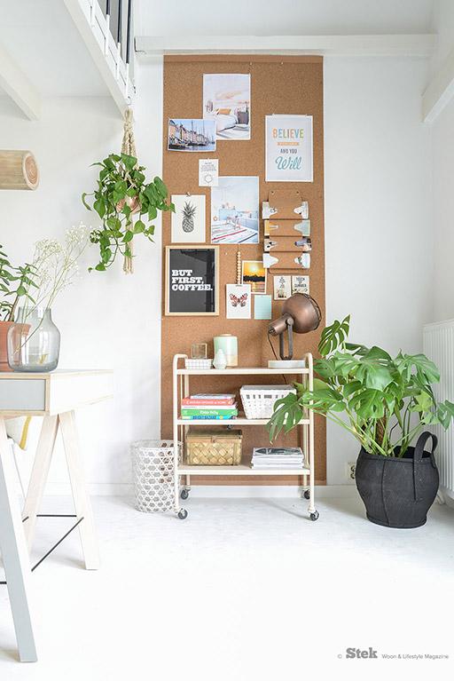 astuce rangement de bureau avec un panneau en bois accroché sur un grand mur pour recevoir documents et boites de rangement