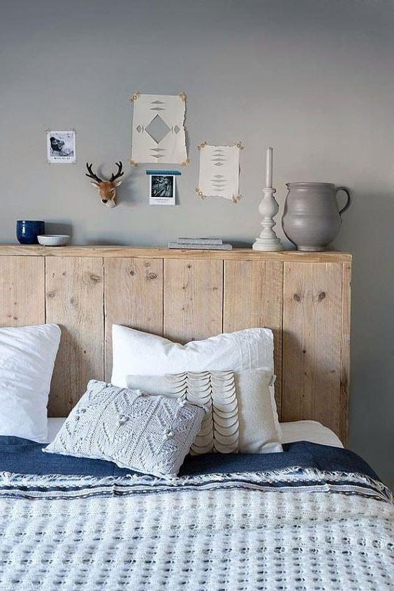 tête de lit en palette en bois brut servant d'étagère pour objets déco