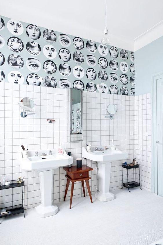 papier peint tendance à motifs graphique dans une salle de bains à double évier