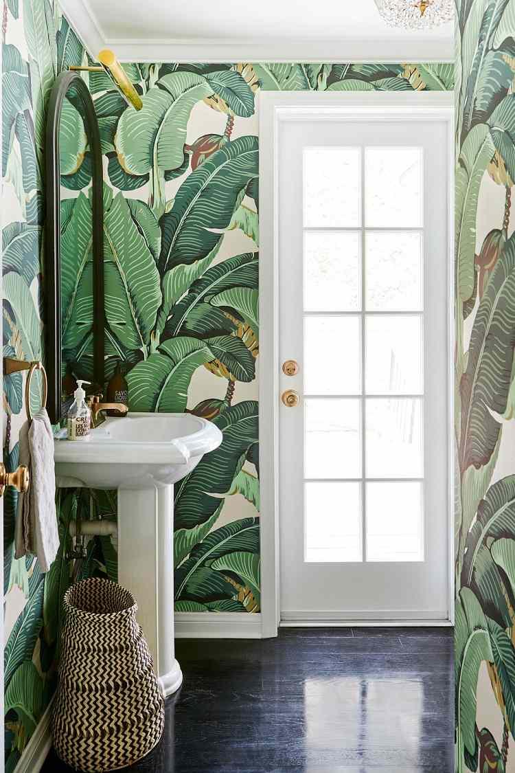 motifs tropicaux en grandes feuilles de bananier pour ce papier peint tendance qui couvre entièrement les murs de cette salle de bains